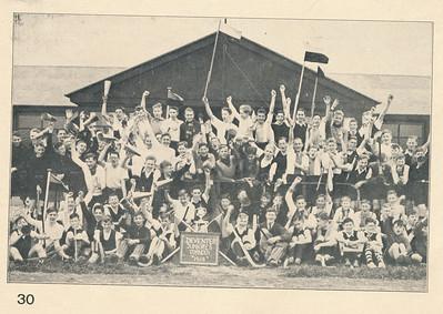 19380416 Juniorestoernooi 16 april 1938. Zie verder commentaar bij andere foto uit JanBlomcremealbum, iets later of eeder genomen.  Ookk opgenomen in Hockeysport 12 (1942-1943) 276, 18 maart 1943 Met als onderschrift: Clicje Archief H.S. en de kop Hockey-vreugde van de jeugd. Zonder vermelding Deventer. Dus ws. ook opgenomen in Hockeysport 1938.   Ook in Union Nieuws 1954, p. 51. Volgens het onderschrift daar nam Union  de beker mee.    Clubnieuws november 1938 Fotograaf: onbekend Formaat: 16 x 10 Afdruk zw