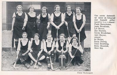 19371031 Onderschrift: zie foto Opmerking: gepubliceerd in Hockeysport 1937-1938, 7 p. 31 (4 november 1937)  voor of na de wedstrijd op 31 oktober 1937 thuis tegen Union. Union won met 2-1. Zie Hockeysport.   Clubnieuws januari 1938  Fotograaf: onbekend Formaat: 16 x 12  Afdruk zw