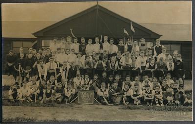 19380416 Onderschrift: geen Opmerking: Foto ook in Clubnieuws Mei 1938,p. 90 en 91 . Daar ook verslag. Oostelijk Juniorestournooi op 16 april 1938. Negen elftallen waren aanwezig. Apeldoorn, Arnhem, E.H.V. Hengelo I en II, Union I en II, Zutfen en Deventer.  Ons eigen elftal schopte het niet ver; de samenstelling was als volgt: Cohen, doel; de Gaay, J. Postma, achter; de Bie, Kosters, Wernink, midden; F. van Groningen, Bunschoten, Frederikse, v. Delden, Houwink, voor. In de tweede helft had aanvoerder Cohen met v.Groningen geruild.  In Clubnieuws: Cliche Hockeysport. Ook in Hockeysport ?  CollectieJanBlomcremealbum Fotograaf: Van der Geijn  Formaat: 14 x 9 Afdruk zw