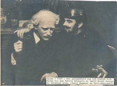 19380415  Onderschrift: zie foto  Opmerking: zie Clubnieuws mei 1938 In Hotel De Keizer Goede Vrijdag 15 april 1938: ..de clou van de avond was wel, toen - de gasten ter eere -- Lloyd George en Haile Selassie hun entree maakten, nadat deze Heeren een zware conferentie in de League of Nations hadden beeindigd. Old George was een tikje mager, en des Negus'cape ietwat aan de kleine kant .... .   ArchiefDHVlossefoto Fotograaf: onbekend. achterkant is beplakt Formaat: 23 x 17 Afdruk zw