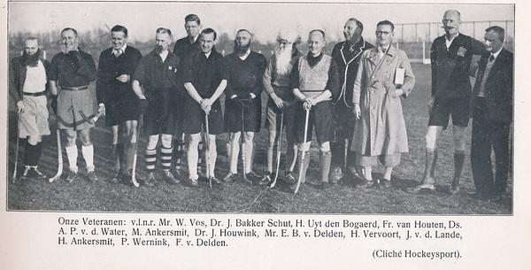 19381119 Onderschrift: zie foto: Onze Veteranen: v.l.n.r. Mr. W. Vos, Dr. J. Bakker Schut, H. Uyt den Bogaerd, Fr. van Houten, Ds. A.P. v.d. Water, M. Ankersmit, Dr. J. Houwink, Mr. E.B. van Delden, H> Vervoort, J. v.d. Lande, H. Ankersmit, P. Wernink, F. van Delden.  Opmerking: veteranenwedstrijd 19 november 1938  Clubnieuws 6e jrg, no.3 december 1938, p. 39. Ook opgenomen in Hockeysport 1938-1939 ed. 10 p.9. Daar slechtere kwaliteit en beiden zijden iets weggesneden. P.  9 en 10 gedownload, maar niet hierbij gezet. Eventueel later uit Hockeysport op clubhuis.  Ook op iets ander moment in Fotoboek lustrum 1938
