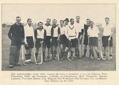 193811 Onderschrift: zie foto Opmerking: tweede van rechts Cor van Nieuwland   Clubnieuws november 1938 Lustrumnummer  Fotograaf: onbekend Formaat: 15 x 9 Afdruk zw