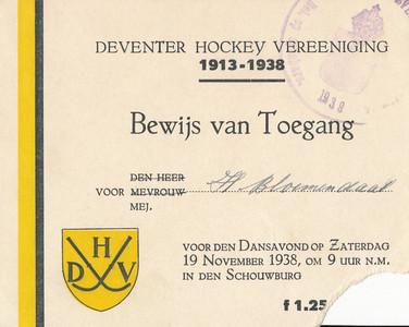 19381119 Bewijs van toegang Dansavond Lustrum 1933 Opmerking: het bewijs werd afgescheurd aan een hoek.   CollectieHorstBruijnzwartalbum Formaat: 11 x 9