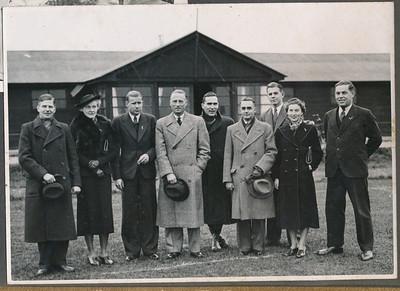 193811 Onderschrift: geen Opmerking: de gezichten zijn afgedrukt in Clubnieuws November 1938 met als onderschrift: Het tegenwoordige Bestuur: v.l.n.r. J. Blom, commissaris 197-heden, penningmeester 1926/27, secretaris 1927/37 Mej. A. Coldeweij, commisaresse 1937-heden P. Stegeman, secretaris 1937-heden, 2e secretaris 1936/37 F.A. drijver, voorzitter 1923-heden, commissaris 1918/23 B.A. Meijer, penningmeester 1935-heden. commissaris 1929/35 J. th. Peters, commissaris, secretaris E.C. 1932-heden H. van der Goot, commissaris 1938- Mej. A. Resius, commissaresse, secretaresse E.C. dames 1936-heden J.Th. Broekhuis, commisaris van materiaal 1937-heden. Zie de foto van het bestuur bij het lustrum in 1933 met dezelfde opbouw  Volledig identiek in Collectie Coldeweij, Achterop daar: v.l.n.r. 25 jaar 1938 Jan Blom, Annet Coldewey, Piet Stegeman, Frits Drijver, Jan Peters, Harmen v.d. Goot ?, Iet Resius, Jan Broekhuis  Achterop foto Collectie Coldewey: 50 %. Is dus gereproduceerd.   CollectieJanBlomcremalbum Fotograaf: onbekend Hakeboom in Collectie Coldeweij.  Formaat: 17 x 13 Afdruk zw
