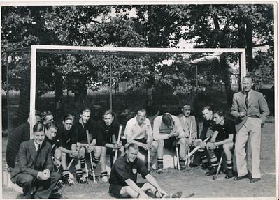19380925 Achterop: Cliche Clubnieuws 3-0??? grootte 9 x 12  Opmerking: origineel foto Clubnieuws oktober 1938 Zie verder daar.  Collectie Blom env. Drijver Fotograaf: ws. Hakeboom  Formaat: 17 x 12   Afdruk zw