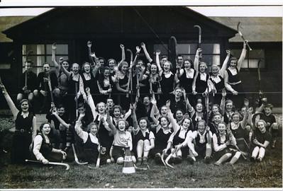 19381116 Onderschrift: 25 jarig jubileum D.H.V. 1938 Opmerking: identiek aan foto in compilatie.   ArcheifDHVJokeVervoort Fotograaf: Van der Geijn volgens Clubnieuws  Formaat: 15 x 10 Foto van foto in bezit Joke Vervoort