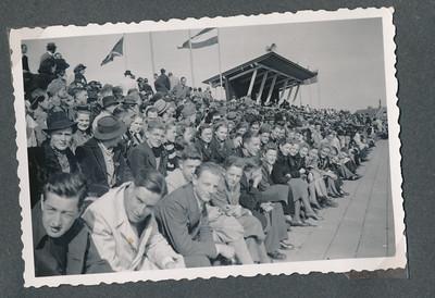19400407 Onderschrift: 1939 A'dam  Opmerking: Frits Drijver nodigde 14 jongens en 14 meisjes uit voor de wedstrijd Holland-Belgie in Amsterdam. Zie Clubnieuws april en mei 1940.  Album Catrien Vervoort  Fotograaf: onbekend Formaat: 9 x 6 Afdruk zw