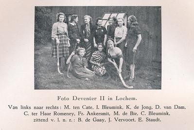 19401006 Onderschrift: zie foto. O.a. Joke Vervoort  Opmerking: Deventer II Dames speelde op 6 oktober 1940 gelijk in Lochem 2-2..  Clubnieuws November 1940 p.18  Formaat: 8.5 x 6 Afdruk zw