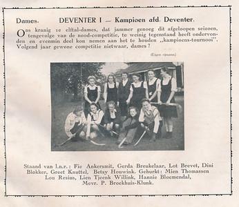 19410404 Onderschrift: zie foto Opmerking: Dames I werd volgens het Deventer Dagbald op 4 april 1941 kampioen. Vandaar de datering. Foto gemaakt bij privehuyis. Welke? Lijkt op huis in Epse links vanuit Deventer.   Clubnieuws juni 1941 Fotograaf: onbekend, eigen opname Formaat: 9 x 6 Afdruk zw