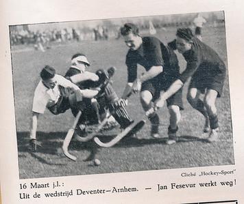 19410316 Onderschrift: zie foto Opmerking: zie Clubnieuws april 1941 p. 63. Deventer won met 2-0.   Clubnieuws april 1941, p.64 Fotograaf: onbekend Formaat: 10 x 7 Afdruk zw