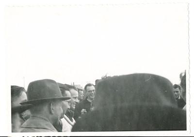 19410414 Onderschrift: geen achterop met potlood 24  Opmerking: foto lag los in album bijde foto's van de tocht naar Kopenhagen. Echter m.i. een foto tijdens het kampioenschap van 1941.  Zie andere foto's. Ik herken: vooraan Jan Blom, daarachter Bob Meijer, dan   Jopie Wagener, dan ?, Jan Fesevur.  Collectie Bakker Schut groot Fotograaf: ? Lodewijk van der Lande?  Formaat: 11 x 8 Afdruk zw