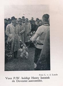 19410414 Onderschrift: zie foto Opmerking: zie andere foto's op die dag. Deventer kampioen.   Clubnieuws mei 1941 Fotograaf: L. van der Lande  Formaat: 7 x 6 Afdruk zw