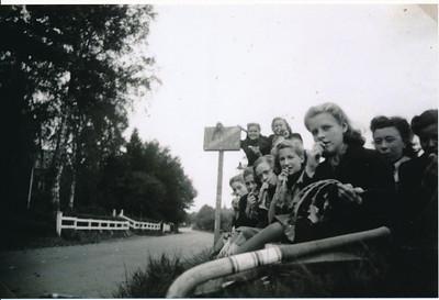 19401006 Onderschrift: geen  Opmerking: Foto ook in bezit Kuk van Nieuwland. Zie verder daar.    ArchiefDHVColl.JokeVervoort  Fotograaf: onbekend  Formaat: 15 x 10 Foto van foto in bezit Joke Vervoort