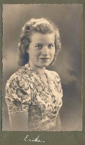 19410419 Onderschrift: Erika  Opmerking: Erika Staudt. Haar dood op  19 april 1941 maakte diepe indruk binnen de D.H.V. Zie Clubnieuws mei 1941 p. 84 en Notulen ALV d.d. 19 september 1941.  Catrien Vervoort op  14 juli 2011: Ineens had Erica een zweertje op haar lip en iets later was ze dood. Riet van Noortwijk-Engel 9 april 2013: Erika had negenoog of zevenoog. Inderdaad zweren. Daaraan is ze overleden.    CollectieHorstBruijngrijsalbum Fotograaf: A. H. Rutgers Formaat: 14 x 9 Afdruk zw