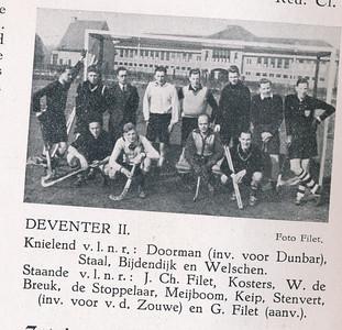 19410406 Onderschrift: zie foto  Opmerking: zie Clubnieiws mei 1941. Deventer III won met 2-1 van Deventer II en werd kampioen. Deze fot niet in Deventer. Waar? Mogelijk Zutphen: kazerne achter Boedelhof  Clubnieuws mei 1941 Foto: Filet Formaat; 8 x 5  Afdruk zw