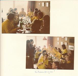 197904  Onderschrift: zie foto Opmerking: hoort bij andere twee foto's kampioenswedstrijd Dames III  in clubhuis DKS   Collectie Van Noortwijk Fotograaf: onbekend Formaat: 13 x 9  Afdruk kleur