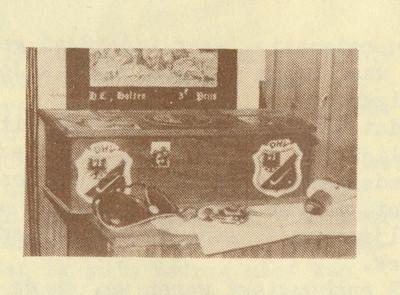 Schoenpoetsdoos  Foto uit Telescoop november 1978. Lustrumnummer. Pag 14.  In de tekst: Vroeger toen ik nog rustig onder het aanrecht bij een Groningse familie vertoefde, boordevol gepropt met potjes Tana, poetsdoeken, borstels en veters ... Maar mijn werkgever heeft me destijds, door reorganisatie, ingezonden bij een prijsvraag van de Deventer Hockey Vereniging, en won notabene de hoofdprijs!