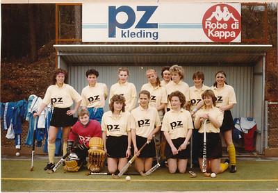 19860309 Onderschrift: van Madelon Lankhout: Deze foto is gemaakt in Apeldoorn voor onze grote overwinning op hen. Ik kreeg deze foto van een kennis van Apeldoorn om te vragen wie er in ons team interesse had. Ik ben echter een beetje laks gevolg: bij verhuizing naar Brussel pas weer gevonden. Dus nog bij deze.  Opmerking: Madelon speelde in de seizoenen 1984-1985 en 1985-1986 in Dames I volgens de overzichtslijst 1987. Meest waarschijnlijk is dit seizoen 1985-1986, Barberine Raming staat hier nietbij, wel seizoen 1984-1985.  Hoogstwaarschijnlijk 9 maart 1986: Deventer-Apeldoorn in Apeldoorn. Deventer won met 6-0. Zie verslag Edmee Suasso Telescoop 11 maart 1986 : complete selectie 13 man op stap (inderdaad 13 spelers), Maarten griep, Ed nam waar. Staat er overigens niet op.    Collectie Maarten van Orden spelersboek Fotograaf: onbekend Formaat: 15 x 10 Afdruk kleur