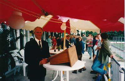 19950826 Onderschrift: opening 10  Opmerking: voorzitter Charles d'Ancona voor of na toespraak  In Telescoop 11 september 1995 staat op p. 14: Bij de opening van het nieuwe complex heb ik een aantal foto's gemaakt. Deze kunt u bestellen. Ik heb ze in het clubgebouw opgehangen en genummerd.   Ook bij de Mega Blubber race heb ik foto's gemaakt.  Rienk van der Sluis. Deze foto's dus ws. van Rienk van der Sluis.   Collectie Nel Rosenboom Fotograaf: onbekend Rienk van der Sluis ?? Formaat: 15 x 11 Afdruk kleur