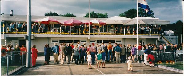 19950826 Onderschrift: Opening 26.08.'95 Opmerking: overzicht. rechts tegen hek Margot de Ruiter.  De DHV-vlag wordt gehesen. In het midden.   Collectie Nel Rosenboom  Fotograaf: onbekend Formaat: 25 x 11 Afdruk kleur