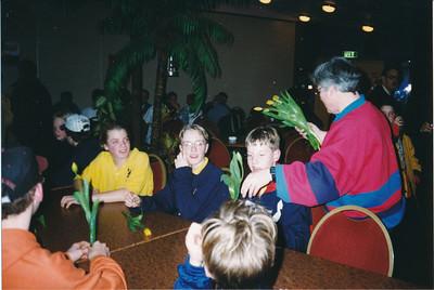 1996nr01 Onderschrift: J C 1 Oostelijk kampioen 1996  Margot de Ruiter  Opmerking: Ed van Orden 10-9-2012: niet in Deventer, Enschede of Hengelo.  Achtergrond achter jongen met helm Bouke van Venrooij Vlnr: Brand, met bril  ? Geers.   Collectie Ed van Orden Fotograaf: onbekend Formaat: 15 x 11 Afdruk kleur