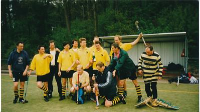 19980426 Achterop: 1997 Vet D Kampioen geworden in Apeldoorn. In begeleidende tekst: Deventer Veteranen D 1997 Kampioen geworden in Apeldoorn.  Staand v.l.n.r.: Henri Smit, Hein Dikkers, Marcel Muhlstaff, Huib Swarts, Wessel Jan de Boer, Wouter Moormann, Wim Beerendonk, Robbert Mockel, Ton Stoffel, Willem van der Host, Anne van der Horst Bruyn Zittend v.l.n.r.: Jan Bosschers, Frans Plaat. Opmerking: zie bij andere foto.  Collectie Willem van der Horst Fotograaf: ? Formaat: 18 x 10  Afdruk kleur
