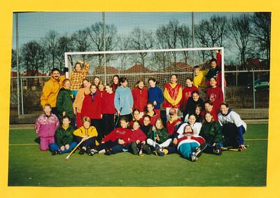 19980131 Alleen de foto uit het omslag.   Links Toine Veenhuis, liggend vooraan in blauwe broek m.i.Josine de Ruiter. Zevende staand van links Willemijn Blom. Andere namen gedeeltelijk wel bij mij JWBlom bekend. .