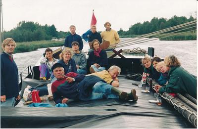 199711 Onderschrift: uitje trimhockey 1997 za ochtend groep Afdrukdatum of datum opname Nov. 97   Opmerking: achterop Cees Engel, vrouw van de schipper,  Willem Aandewiel  Daarvoor vlnr: Ria Schaap, Katinka Wolters, Joke Blom.  Daarvoor: Ton Keulemans, Ton Reijnders (o.a. chef Albert Heijn,overleden) daarachter Els Winternitz, Peter Klein Sprokkelhorst (liggend met gele trui) Helemaal rechts van achteren naar voren: Ank Kempink, Juliette Peskens, Wilma Beerens, Nel Rosenboom. Namen volgens med. Joke Blom en Ria Schaap 31 mei 2014.   W.F.J. Beerens volgens ledenlijst. Woonde in Gorssel.  Naam Ton Reijnders uit De Telescoop 24 april 1995 p. 4 jwblom.  Collectie Nel Rosenboom Fotograaf: onbekend Formaat: 15 x 11 Afdruk kleur