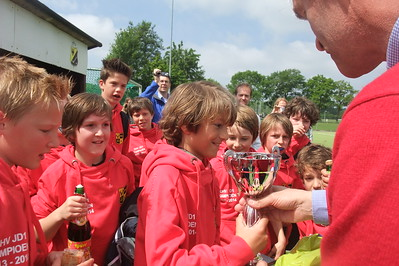 20140516 Onderschrift:  Opmerking: JD1 kampioen 2013-2014 Uitreiking beker door Henk Nutbey op 16 mei 2014   Collectie MGV Fotograaf: MGV  Digitaal ontvangen MGV 1 oktober 2018