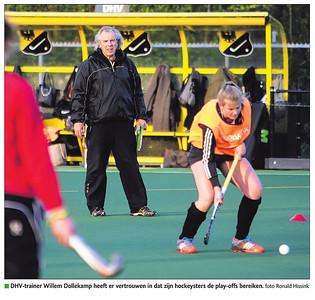 20150430 Onderschrift: DHV-trainer Willem Dollekamp heeft er vertrouwen in dat zijn hockeysters de play-offs bereiken.  Opmerking: bij artikel De Stentor 30 april 2015, een voorbeschouwing   De Stentor 30 april 2015 Digitale krant  Fotograaf: Ronald Hissink Formaat: ? Digitaal kleur