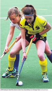 20160501 Onderschrift: DHV-hockeyster Maud Smit schermt de bal af voor Anouk Delissen van Groninger Studs   De Stentor 2 mei 2016 Digitale krant  Fotograaf: Ronald Hissink  Formaat: ? Digitaal kleur