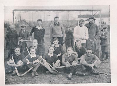 19240413 Onderschrift: zie Clubnieuws maart 1940 daar staat dat Deventer tegen een elftal in Eindhoven 2-2 speelde in het seizoen 1923-1924.  Het Deventer Dagblad van 14 april 1924 vermeldt: Phlips-Deventer 3-3. Mogelijk geen goede herinnering. Of was er nog een uitwedstrijd? Volgens het Clubnieuws vlnr Staand: Frans van Houten, Aat Havelaar, Ewoud van Delden, (een zekere heer Hunink) Knielend: Henk Vervoort, Jenno van Drooge (met nog veel haar), Wim Kruijs Zittend: Jan Werle, Daan Goedhuis, Herman Ankersmit, Hans van Delden, Frans van Delden  In Clubnieuws: Ziet u de shirts? geheel zwart afgezet met gele kraag en dito manchetten  Zie ook Clubnieuws juni 1938 met een beschrijving van deze tocht (regen!). De opstelling daar komt overeen met die hierboven.    Clubnieuws maart 1940 p. 57  Fotograaf: onbekend Fortmaat: 11 x 8  Afdruk zw