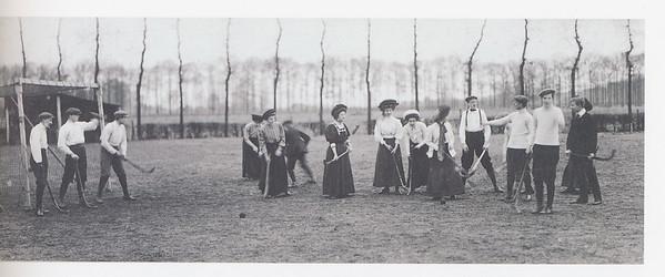 19241102 Foto uit 100 jaar Zwolsche Mixed Hockey Club p.7. Volgens onderschrift het nieuwe veld bij de Pelikaan.  In 1924 dus bijna onveranderd. Vergelijk foto's wedstrijd Zwollel Deventer 2 november 1924.