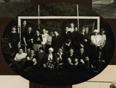19241026 Onderschrift: 26 Oct. 1924 Enschede-Deventer 2-0 Opmerking: mixed. Bij P.W.  Uiterst links Jan Blom  kwaliteit slecht opnieuw  CollectieJanBlombloemetjesalbum