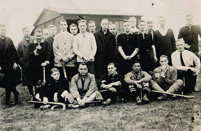 19241019 Onderschrift: Deventer - Enschede 1925 3-0  Opmerking: hier nog niet nieuw shirt.  Dit is dus de achterzijde van de directiekeet. Al op de dijk.   Lijkt me seizoen 1924-1925. Volgens mij op 19 oktober 1924. Uitslag 3-2 voor Deventer.  Opstelling toen volgerns Deventer Dagblad 20oktober 1924 en volgens schrift Jan Blom: doel Van der Lande, Remmert en Drijver achter midden Vervoort, Van Groningen, Boogaert Voor: Werle, Pluim Mentz, J.J. van Delden, Ankersmit, Kampfraath Scheidsrechter volgens schrift Jan Blom: Rantzan(ook bestuurslid jwb). Goals volgens schrift Jan Blom Van Delden, Ankersmit en Van Groningen.    Zie ook Gedenkboek PW p. 165 enz. Daaruit: staand zesde van links J.G. Scheffer.   ArchiefDHVAlbumDrijver  Fotograaf: onbekend Formaat: 9 x 6  Afdruk zw