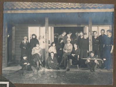 19241223 Onderschrift: 23 Dec. 1924 Zutfen-Deventer 2-3  Opmerking: deze foto gescand door JWB. Niets in Deventer Dagblad.   CollectieJanBlombloemtjesalbum Fotograaf: onbekend Formaat: 11 x8  Afdruk zw