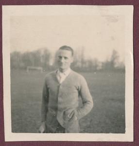 1924 Onderschrift: geen. Op albumblad 1924.  Opmerking: Frits Drijver weer met vest. Op De Platvoet.  ArhiefDHVAlbumDrijver Fotograaf: onbekend Formaat: 6 x 6 Afdruk zw