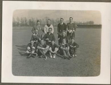 19290316 Onderschrift: Landbouwelftal -Oostelijk elftal 0-0 Ter gelegenheid van het 2de lustrum van Nji-Sri op Zaterdag 6 maart 1929 vl.n.r. Staand: Werle (scheidsr.), Drijver, Vastenou, Nol Dobbelmann (Nijmegen)  midden: Sandberg (Nijmegen), Ankersmit, v. Houten voor: Braun, de Knokke v.d. Meulen, Cramer, Vic Dobbelmann (Nijmegen), Blom  Opmerking: zie ook Clubnieuws 24 (1962), no.1 p.8. Daar ook de opstellingen. De opstelling hierboven ook van daaruit verbeterd en aangevuld.  De datum is foutief. Moet zijn zaterdag 16 maart 1929. Zie Orang Peladang.Om 14.20 uur.   CollectieJanBlomblauwgrijsalbum Fotograaf: onbekend Formaat: 12 x 9 Afdruk zw