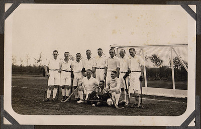 19281015  Foto mogelijk overhandigd door Crefeld bij het lustrum op 18 november 1928.   Foto gemaakt in Heidelberg?     Onderschrift: Krefelder Hockeyclub.1912  Er naast geschreven: Staande van links naar rechts. Everhardt, Stander (a met umlaut), Gunter (u met umlaut) Seyferth, Lettmann, Wernsing, Wellen, Engelen, Schorsch. knielend: Ernst Pannes, Denssen zittend: Werner Seyferth Achterop (zie foto): Von links nach rechts stehend Alfred Everhardt; W. Standers (a met umlaut); Gunter (u met umlaut) Seyferth; W. Lettmann; A. Wernsing; Th. Wellen; W. Engelen; R. Schorsch; Knieend; Ernst Pannes, G. Denssen sitzend; Werner Seyferth Wettspiel Heidelberger- Hockey  Club Crefelder-Hockey-Club 5 : 2. 15.Oktober. 1928    CollectieBakkerSchutkleinalbum  Fotograaf: Presse-Photo Krefeld   Formaat:14 x 9  Afdruk zw