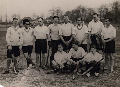 19290504 Onderschrift BakkerSchut: geen  Onderschrift CollectieJanBlomblauwgrijs: Oostelijk elftal dat de dstrictswedstrijden op 4 mei 1929 in Deventer won,tegen Zuidelijk elftal 7-1 en Noordelijk elftal 8-0.  Zie verslag Deventer Dagblad 6 mei 1929. Daar ook opstelling Oost. Op basis daarvan: Staand vlnr: ?, Bosch (D), Van Drooge (D), Meyer (D), Drijver (D), Toussaint (Arnhem!)), ?, ? Zittend:   Blom (D)  Verder uitzoeken.  Zie ook Clubnieuws 24 (1962), nr. 1. p.8. Daar de opmerking: bij deze wedstrijd stonden negen Deventer spelers opgesteld waarvan zes landbouwers!   CollectieBakkerSchutlossefoto maar teruggeplaatst Bakker Schut klein album bij onderschrift: Oostelijk elftal 1929-1930  Fotograaf: Van der Geijn Formaat: 24 x 17 Afdruk zw