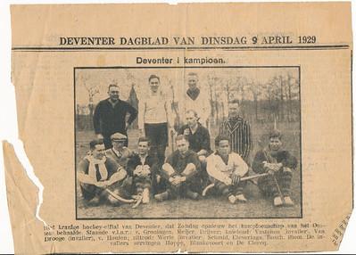 19290407 Onderschrift: zie foto Opmerking: zie ook Deventer Dagblad maandag 8 april 1929. De wedstrijd was in Nijmegen tegen Nijmegen. Het werd 1-1. Deventer was hierdoor kampioen.   Collectie Blom env. Drijver Fotograaf: onbekend Formaat: 12 x 8 Afdruk zw