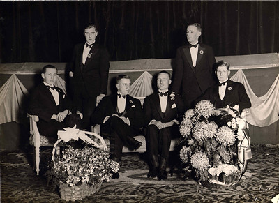19281117 Onderschrift: 10-jarig bestaan van de D.H.V. November '28 O. Cleveringa, Wiersma, J.S. Werle, F.A. Drijver, H. Ankersmit, J. Blom  Opmerking: dus onjuist onderschrift. het is het 15 jarig bestaan. Mogelijk tekst Frits Drijver, in zijn ogen mogelijk gerekend vanaf fusie, overigens in 1916.  Foto ook in CollectieJanBlombruinalbum met als onderschrift:  Bestuur Dev. Hockey Vereeniging bij het 15 jarig bestaan op 17 november 1928 O. Cleveringa (comm.), G. Wiersma (comm.), Jan Werle (penn.), Frits Drijver (voorz.), H. Ankersmit (comm.) J. Blom (secr.)  CollectieBakkerSchutkleinalbum  Fotograaf: Van der Geijn    Formaat: 23 x 17,5  Afdruk zw