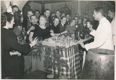 19411227 Onderschrift: geen Opmerking: vanwege andere foto met Bob Alberts als barkeeper op die dag gedateerd. Zelfde formaat en fotograaf. Zie voor verdere opmerkingen bij die foto.   ArchiefDHVlossefoto Fotograaf: Hakeboom Formaat: 23 x 17  Afdruk zw