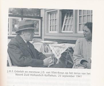19420517 Foto toegevoegd vanwege de achtergrond.   Uit Maurits Verhoeff Is u Amsterdammer? Ja, Goddank. 1997, p. 61.