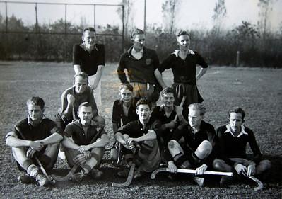 19431118 Jubileumboek Frits Drijver   Onderschrift: D.H.V. V Heeren  Opmerking: volgens handtekeningen staand vlnr; R. Bosch, G. Houwink???, M. ten ????? Knielend vlnr: J. Scholten, D. Steenhof, H.W. Hofstede  Zittend vlnr: H.J. Adam?, T. Klasen? onleesbaar, J. Birnie, F.L.M. van der Lande, J.H. Ankersmit???     CollectieBakkerSchut  Fotograaf: onbekend Formaat: 13 x 18  Afdruk zw