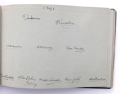 19431118 Jubileumboek Frits Drijver Handtekeningen bij foto D.H.V. V Dames  CollectieBakkerSchut