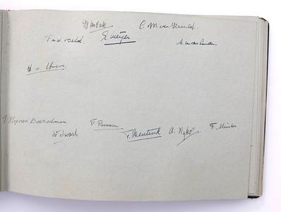 19431118 Jubileumboek Frits Drijver Handtekeningen bij foto D.H.V. IV Dames  CollectieBakkerSchut