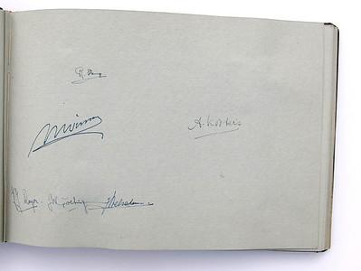 19431118 Jubileumboek Frits Drijver Handtekeningen bij foto D.H.V. II Heeren  CollectieBakkerSchut