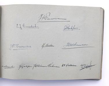 19431118 Jubileumboek Frits Drijver Handtekeningen bij foto D.H.V. I Heeren  CollectieBakkerSchut