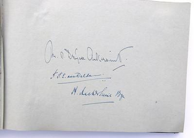 19431118 Jubileumboek Frits Drijver Handtekeningen drie ereleden bij foto  CollectieBakkerSchut